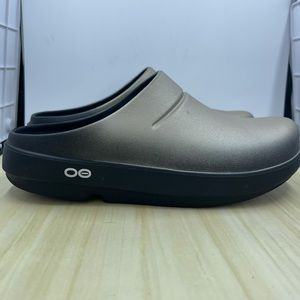 OOFOS Women OOClogs Golden Color. Size 7